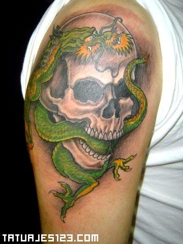 Serpiente verde saliendo de una calavera  Tatuajes 123
