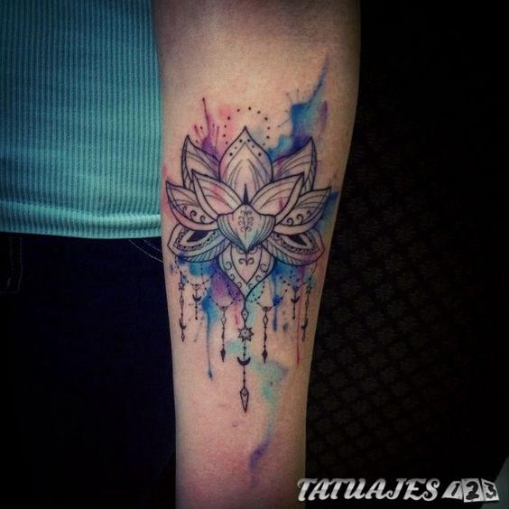 flor de loto acuarela tatuaje