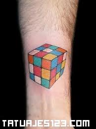 Cubo de Rubik en el brazo