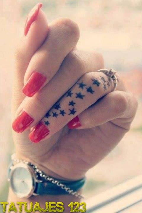 Estrellas en el dedo anular