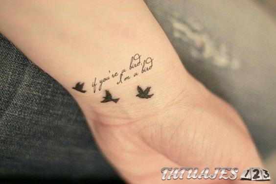 tatuaje en las muñecas con pájaros y letras