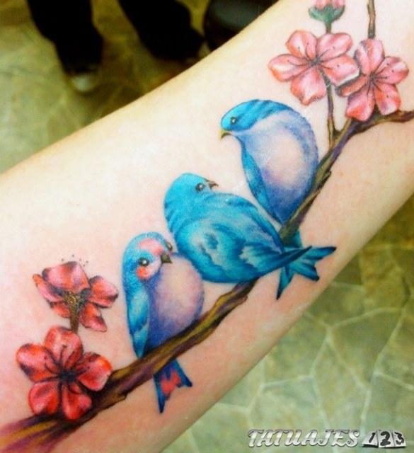 tatuaje grande de pájaros para mujeres