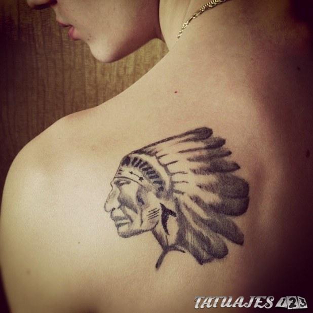 tatuaje indio en el hombro