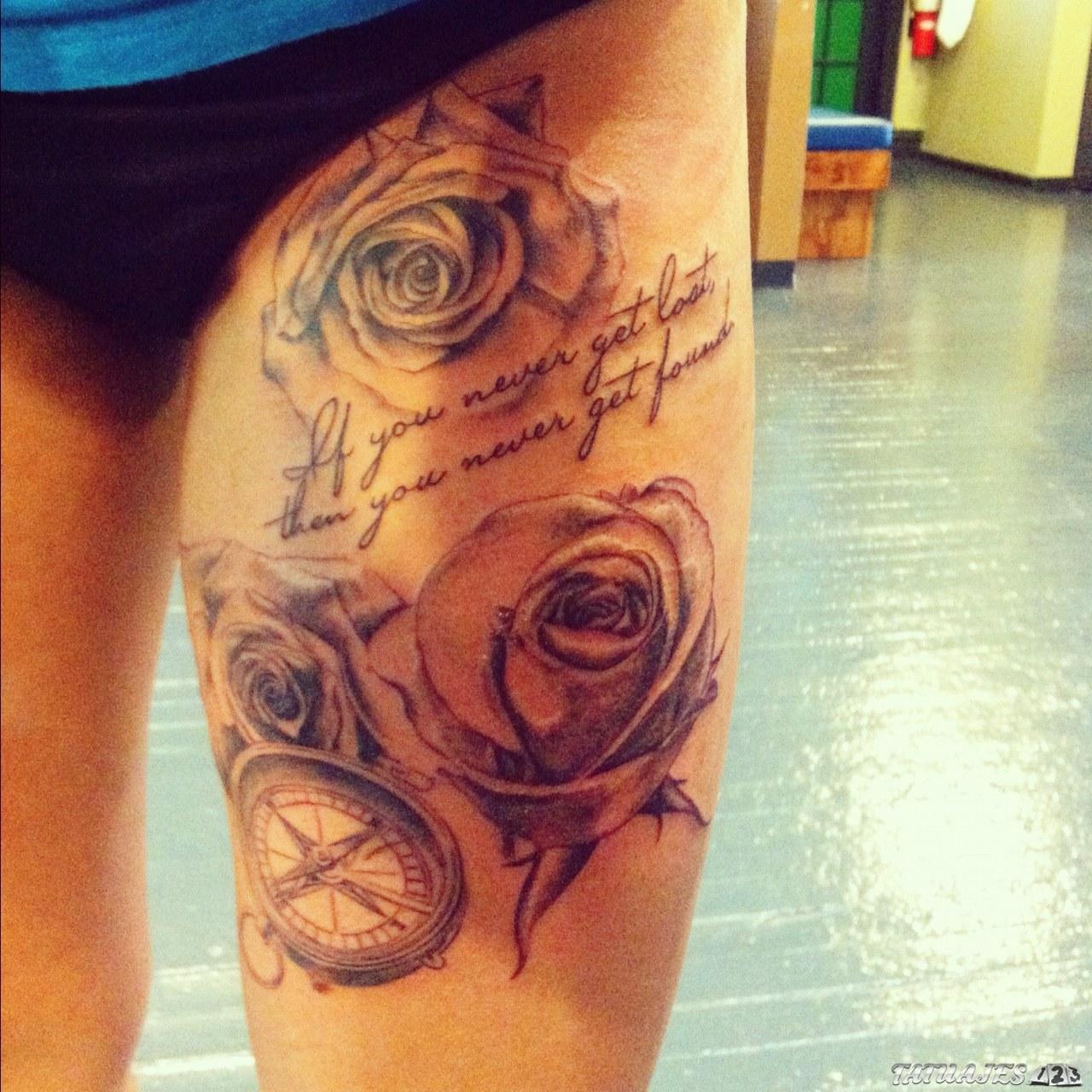 tatuaje muslo con flores