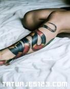 Serpiente enroscada en la pierna