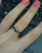 Anillo tatuado en el dedo corazón