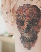 Tatuaje de calavera hecha de flores