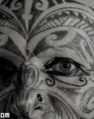 Cara tatuada