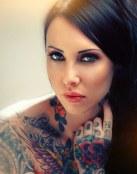Mensajes positivos en los tatuajes de esta chica