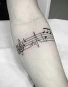 Notas musicales en el brazo