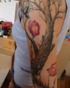Un árbol y dos flores