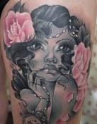 Chica con flores y reloj