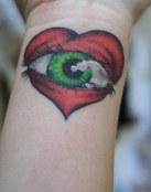 Ojo verde en un corazón