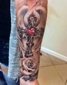 Cruz con corazón en rojo