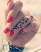Dedo anular tatuado con estrellas