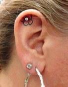 Tatuaje de flor y piercing