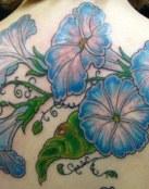 Flores azules en la espalda