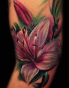 Tatuaje de lirio en color