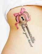 Tatuaje de llave con frase