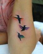 Tatuaje de tres pájaros con color