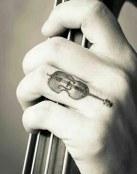 Tatuaje de violín en el dedo