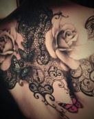 Tatuaje con flores, corazones y encaje