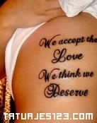 Tatuaje con mensaje en las costillas