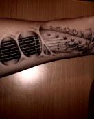 Increíble tatuaje del mástil de la guitarra