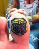 Perro tatuado en el dedo del pie