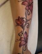 Pierna tatuada con flores