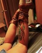 Tatuaje de pluma en la pierna