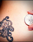 Tatuaje de pulpo muy pequeño