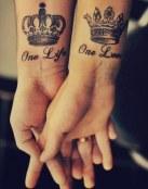 Tatuaje doble de coronas