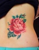 Tatuaje de rosa pixelada