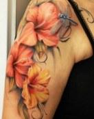 Tres flores y una libélula