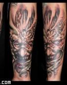 Tatuaje de un demonio metálico
