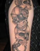 Genial tatuaje de varias calaveras piratas