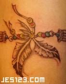 Pluma india tatuada en el brazo