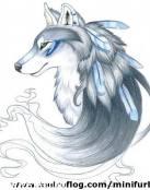 Loba con plumas en su pelaje azulado