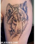 Tatuaje de lobo en negro y sombreados