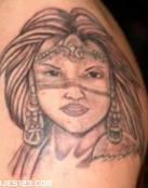 Rostro de una mujer azteca tatuado
