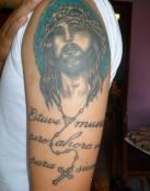 Rostro de Cristo tatuado en su brazo