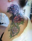 Tatuaje de serpiente junto a unas rosas