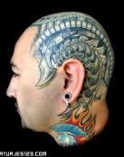 Cabeza robótica tatuada