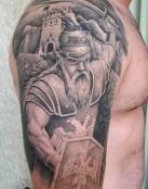 Tatuaje paisajista con un guerrero