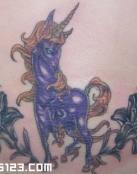 Gran unicornio morado entre flores negras