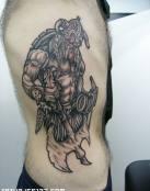 Gran vikingo musculoso con hacha