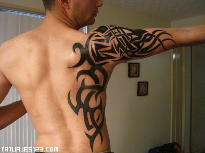 Chico con tribal maori