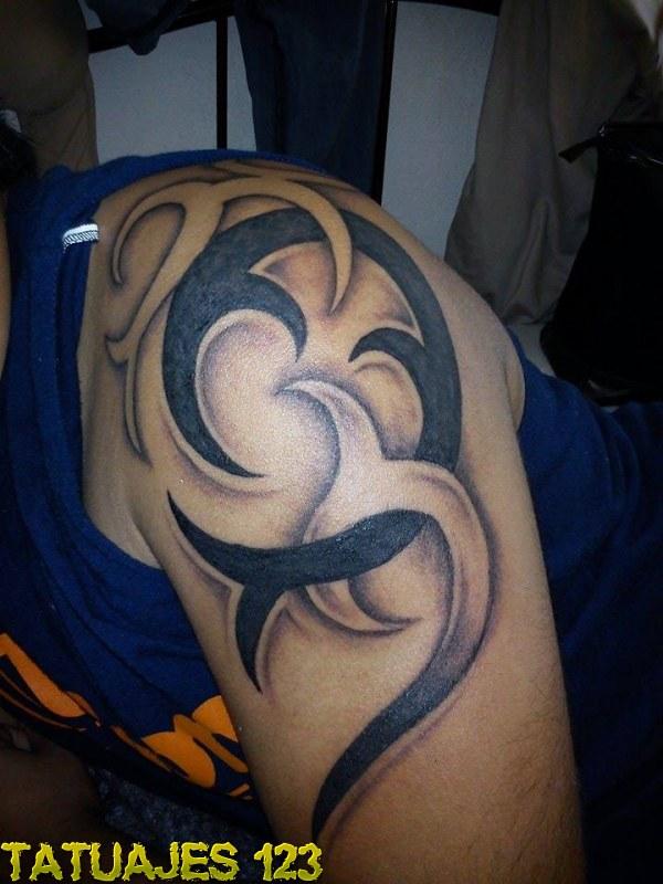 Tribal en brazo y hombro Tatuajes 123
