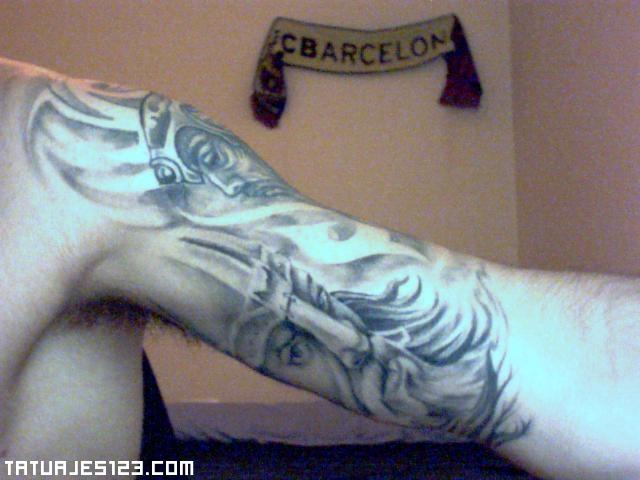 Rostros vikingos tatuados en el brazo.